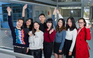 Είναι 20 ετών και μιλούν πολύ καλά ελληνικά. Είναι η ομάδα των φοιτητών από το Beijing Foreign Studies University που συνεχίσουν τις σπουδές τους στο τμήμα Νεοελληνικής Γλώσσας και Πολιτισμού στη Φιλοσοφική Αθηνών. Φωτογραφίες: Βαγγέλης Ζαβός