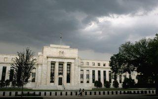 Οι αξιωματούχοι της Fed είναι επιφυλακτικοί όσον αφορά την αύξηση των καταναλωτικών δαπανών. Μπορεί να υπάρξει τόνωση της κατανάλωσης όσο οι Αμερικανοί βλέπουν να αυξάνεται η περιουσία τους από την άνοδο των αξιών στις αγορές, αλλά είναι άγνωστο αν οι μειώσεις των φόρων θα επιτύχουν κάτι τέτοιο σε μόνιμη βάση.