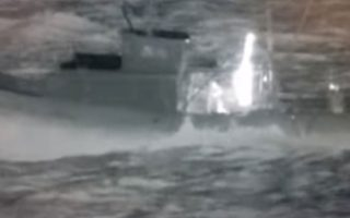 Στη φωτογραφία το τουρκικό αλιευτικό ενώ παρακολουθείται από την φρεγάτα «Ελλη» (Στιγμιότυπο από βίντεο που δόθηκε στη δημοσιότητα).