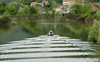 Στο «Στόμα γεμάτο χώμα», ο βασικός ήρωας ταξιδεύει μόνος με προορισμό τη πατρογονική του γη, το Μαυροβούνιο (φωτ.).