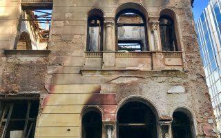 Το σπίτι στη γωνία Φαλήρου και Τούσα Μπότσαρη, κοντά στο Φιξ. Ερημο και καμένο, πωλείται.
