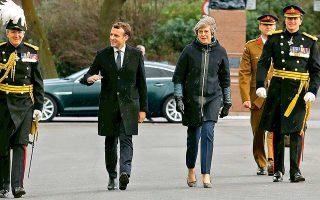 Η Βρετανίδα πρωθυπουργός Τερέζα Μέι φθάνει στο Σάντχερστ μαζί με τον Γάλλο πρόεδρο Εμανουέλ Μακρόν.
