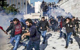 Συμπλοκές και χημικά στον αύλειο χώρο της Βουλής, όπου εισέβαλαν διαδηλωτές, για πρώτη φορά επί κυβερνήσεως Τσίπρα. Μάχη σώμα με σώμα μεταξύ μελών της ΑΝΤΑΡΣΥΑ και ΜΑΤ, που τα απώθησαν με ρίψη χημικών. Πορείες διαμαρτυρίας έχουν προγραμματιστεί για το μεσημέρι και το απόγευμα της Δευτέρας, ημέρας ταλαιπωρίας για τους Αθηναίους, οι οποίοι θα κινούνται μόνο με Ι.Χ. και ταξί, καθώς απεργούν οι εργαζόμενοι σε όλα τα μέσα μαζικής μεταφοράς, μετρό, ηλεκτρικό, τραμ, λεωφορεία και τρόλεϊ.