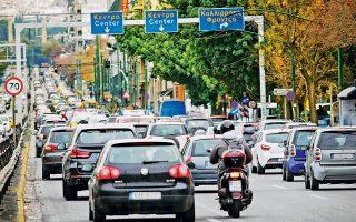 Κομφούζιο επικράτησε χθες στους δρόμους της πρωτεύουσας, καθώς για πρώτη φορά ύστερα από αρκετά χρόνια ακινητοποιήθηκαν καθ' όλη τη διάρκεια της ημέρας όλα τα μέσα μαζικής μεταφοράς. Η μετακίνηση γινόταν μόνο με Ι.Χ., ταξί, δίκυκλα και ποδήλατα. Χθες το πρωί, ουρά 12 χλμ. είχε σχηματιστεί στη λεωφόρο Κηφισού, ενώ ιδιαίτερα επιβαρυμένες ήταν όλες οι κεντρικές αρτηρίες. Χθες το βράδυ, με μικρής έκτασης επεισόδια έξω από τη Βουλή, ολοκληρώθηκαν οι συγκεντρώσεις ενάντια στο πολυνομοσχέδιο.