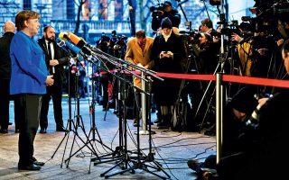 Η Γερμανίδα καγκελάριος Αγκελα Μέρκελ μιλάει στα ΜΜΕ λίγο πριν από την τελική φάση των διερευνητικών διαβουλεύσεων στην έδρα των επίδοξων εταίρων της, των Σοσιαλδημοκρατών, στο Μέγαρο Βίλι Μπραντ στο Βερολίνο. Μέχρι και το παρά πέντε, σοβαρά θέματα παρέμεναν ανοικτά, ανάμεσά τους το φορολογικό, το μεταναστευτικό και οι συντάξεις. Δημοσκόπηση εμφανίζει, πάντως, το 56% των Γερμανών να θεωρεί ότι η Μέρκελ, εφόσον σχηματίσει κυβέρνηση, δεν θα εξαντλήσει την τετραετία.