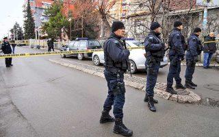 Αστυνομικοί περιπολούν στο σημείο στο οποίο άγνωστοι δράστες άνοιξαν πυρ εναντίον του Σέρβου πολιτικού Ολιβερ Ιβάνοβιτς στον υπό σερβικό έλεγχο τομέα της Μιτρόβιτσα στο βόρειο Κόσοβο. Η δολοφονία του μετριοπαθούς πολιτικού συνέπεσε με την έναρξη του διαλόγου μεταξύ των δύο πλευρών στις Βρυξέλλες, με ευρωπαϊκή διαμεσολάβηση, που διακόπηκε μετά την επίθεση.