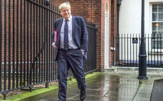 Ο Βρετανός υπουργός Εξωτερικών Μπόρις Τζόνσον ζήτησε μετ' επιτάσεως αύξηση της χρηματοδότησης του συστήματος υγείας και εισέπραξε την επίπληξη της πρωθυπουργού Τερέζα Μέι. Πέρα από τις εσωκομματικές αντιδικίες, οι Συντηρητικοί φοβούνται ότι η σοβαρή κρίση στο σύστημα υγείας ενισχύει πολιτικά τους αντιπολιτευόμενους Εργατικούς.