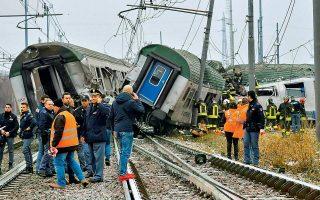 Τουλάχιστον τρεις νεκροί και δεκατρείς σοβαρά τραυματίες είναι ο τραγικός απολογισμός του εκτροχιασμού χθες το πρωί ενός τρένου, λίγα χιλιόμετρα από το Μιλάνο, στο Πιολτέλο. Μέχρι στιγμής παραμένουν άγνωστα τα αίτια του τραγικού δυστυχήματος, αλλά, σύμφωνα με πληροφορίες, παρατηρήθηκε πρόβλημα στη σιδηροτροχιά.