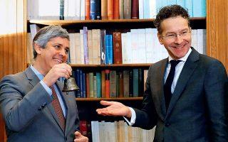 Η θητεία του Γερούν Ντάισελμπλουμ ως προέδρου του Eurogroup ολοκληρώνεται επισήμως σήμερα. Την Παρασκευή, σε μια συμβολική τελετή, παρέδωσε στον διάδοχό του, τον Πορτογάλο Μ. Σεντένο, την προεδρία και μαζί με αυτήν το καμπανάκι που σημαίνει την έναρξη των συνεδριάσεων. Στην πρώτη του συνέντευξη ως τέως πρόεδρος, ο Ολλανδός πολιτικός αποκάλυψε τα κράτη-μέλη που άσκησαν τις μεγαλύτερες πιέσεις για την έξοδο της Ελλάδας από το ευρώ, ενώ χαρακτήρισε πολύ καλή τη συνεργασία με τους κ. Τσίπρα και Τσακαλώτο.