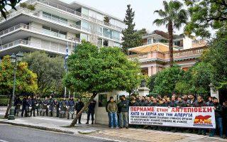 Μέχρι την κεντρική πύλη του Μεγάρου Μαξίμου έφθασαν χθες οι συνδικαλιστές του ΠΑΜΕ, αιφνιδιάζοντας τις αστυνομικές δυνάμεις και αναρτώντας πανό με σύνθημα «Κάτω τα χέρια από την απεργία».