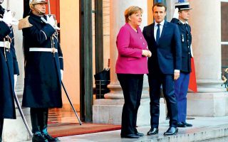 Ο Γάλλος πρόεδρος Εμανουέλ Μακρόν υποδέχεται την καγκελάριο Αγκελα Μέρκελ στο Ελιζέ στο Παρίσι.