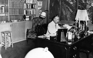 Ο Τόμας Μαν επί το έργον. Οποιος τον άφησε στους «Στοχασμούς ενός απολιτικού» (εκδ. Ινδικτος) δεν μπορεί να φανταστεί την πορεία που διατρέχει ο συγγραφέας μέχρι τη συγγραφή του κειμένου «Αυτός ο πόλεμος», το οποίο γράφτηκε τον Δεκέμβριο του 1939, προκειμένου να δημοσιευθεί στη Herald Tribune.