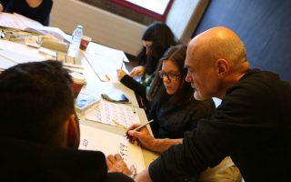 Ο Βλαντιμίρ Ραντιμπράτοβιτς (δεξιά) δίνει συμβουλές στους επίδοξους καλλιγράφους και σχεδιαστές γραμμάτων στο εργαστήριο του DesignAthens.