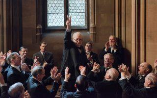 Ο Ουίνστον Τσώρτσιλ σηκώνει το χέρι σχηματίζοντας το σήμα της νίκης.