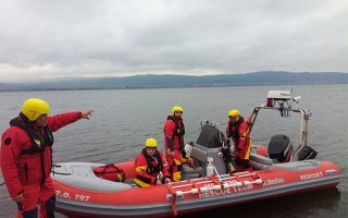 Πενταμελές κλιμάκιο της Ελληνικής Ομάδας Διάσωσης συμμετέχει με διασωστικό σκάφος από σήμερα το πρωί στην έρευνα των δύο αγνοουμένων στη λίμνη Βόλβη