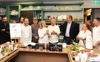 Η ελληνογαλλική ομάδα για τον διαγωνισμό macaron στο ατελιέ της σεφ Ντίνας Νικολάου, με τον δικό μας Στέλιο Παρλιάρο και άλλους καταξιωμένους σεφ που θα είναι στην κριτική επιτροπή.