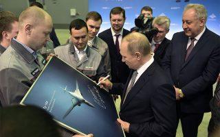 Ο Βλαντιμιρ Πούτιν υπογράφει αυτόγραφο στη φωτογραφία με το νέο υπερηχητικό βομβαρδιστικό, Tu-160M κατά τη διάρκεια επίσκεψής του σε εργοστάσιο στο Καζάν