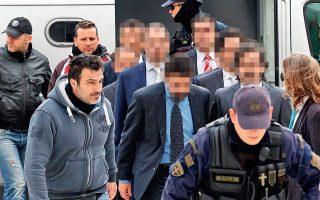 Λίγο αφότου έφυγε ο Σουλεϊμάν, οι επτά δέχθηκαν στο κελί επίσκεψη από αξιωματικό της αστυνομίας που επίμονα προσπαθούσε να μάθει πού βρίσκεται. Το επόμενο πρωί, τους επισκέφτηκε ξανά, εμφανώς ζορισμένος και πολύ πιεστικός (στιγμιότυπο από παλαιότερη μεταφορά τους στον Αρειο Πάγο).