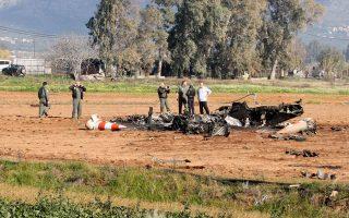 Τα συντρίμμια του Τ-2 στην Καλαμάτα. Η πτώση του εκπαιδευτικού αεροπλάνου οφείλεται σε μηχανική βλάβη, σύμφωνα με την επίσημη ανακοίνωση του Γενικού Επιτελείου Αεροπορίας.