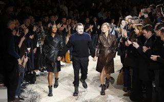 O Kim Jones στην τελευταία του υπόκλιση για τον οίκο Louis Vuitton συνοδεύεται από την Naomi Campbell και την Kate Moss.