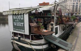 Το βιβλιοπωλείο «Word on the water» βρίσκεται μόνιμα δεμένο σε έναν κάβο στο Regent Canal στην περιοχή Kings Cross. O Τζόναθαν Πρίβετ (δεξιά), ένας εκ των δύο ιδιοκτητών του, στο παρελθόν έζησε ως άστεγος σε εγκαταλελειμμένα κτίρια, πουλώντας στον δρόμο μερικά από τα αγαπημένα του βιβλία.
