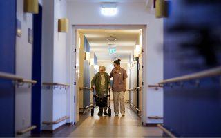 Συνήθως, οι φροντιστές δένονται με τους ηλικιωμένους, αφού περνούν αρκετά χρόνια μαζί. Για τους ίδιους, κάθε θάνατος είναι ένας δύσκολος αποχαιρετισμός...