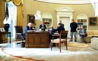 Ο Ντόναλντ Τραμπ συνομιλεί με τον Πούτιν στο τηλέφωνο, πέρυσι τον Ιανουάριο. Παρών ο προσωπάρχης του Λευκού Οίκου Ράινς Πρίμπους, ο αντιπρόεδρος Μάικ Πενς, ο σύμβουλος Εθνικής Ασφάλειας Μάικλ Φλιν, ο εκπρόσωπος Τύπου Σον Σπάισερ, ο στρατηγικός σύμβουλος Στιβ Μπάνον. Από όλους μόνο ο Πενς παραμένει στον Λευκό Οίκο. © REUTERS/Jonathan Ernst