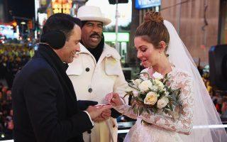 Μετά από 16 χρόνια σχέσης το ζευγάρι σε ένα γάμο-έκπληξη παντρεύτηκε μπροστά σε εκατομμύρια τηλεθεατές.