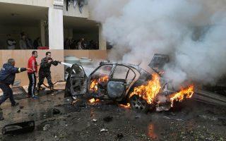 Πυροσβέστες επιχειρούν στη Σιδώνα μετά από βοβιστική επίθεση που σημειώθηκε την Κυριακή, 14 Ιανουαρίου. (φωτογραφία αρχείου)