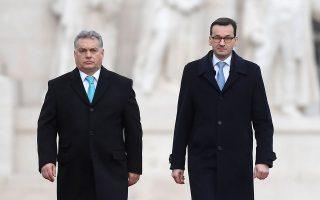 Ο Ματέους Μοραβιέτσκι και ο Βίκτορ Ορμπαν χθες, μπροστά στο ουγγρικό Κοινοβούλιο.