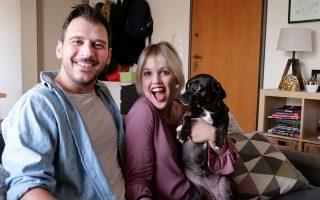 Ο Δημήτρης, η Δανάη και η Τσίλι, η σκυλίτσα που πριν από λίγα χρόνια υιοθέτησαν από φιλοζωική και έκτοτε... πρωταγωνιστεί στα βίντεο της Μικρής Ολλανδέζας.