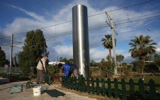 Εργάτες του Δήμου Παλαιού Φαλήρου αποκαθιστούν τις ζημιές που προκάλεσαν άγνωστοι τα ξημερώματα της Πέμπτης γκρεμίζοντας το άγαλμα.