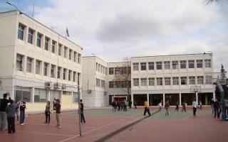 Τις στρεβλώσεις του δημόσιου τομέα βιώνει και το Βαρβάκειο Σχολείο, το οποίο, σύμφωνα με την ηγεσία του συλλόγου αποφοίτων, επιδιώκει την ανακαίνισή του με ιδίους πόρους, όμως η γραφειοκρατία ορθώνει εμπόδια.