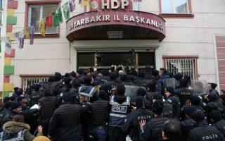 Δυνάμεις ασφαλείας «μπλοκάρουν»την είσοδο των γραφείων του Δημοκρατικού Κόμματος υπέρ των Κούρδων (HDP) στη νοτιοανατολική πόλη Ντιγιάρμπακιρ της Τουρκίας.