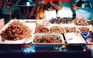 Όσοι... τολμηροί, προσέλθετε. Τα τηγανητά έντομα αποτελούν δημοφιλές σνακ στην Μπανγκόκ. (Φωτογραφία: © SHUTTERSTOCK)