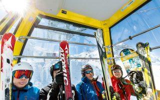 Χιονοδρόμοι με πλήρη εξάρτυση, μέσα στο τελεφερίκ που θα τους ανεβάσει στην κορυφή Zehnerkarspitz. (Φωτογραφία: Andreas Meichsner/The New York Times)
