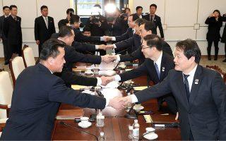 Θερμή χειραψία των εκπροσώπων των δύο κορεατικών κρατών, στις πρώτες διμερείς επαφές έπειτα από δύο χρόνια.