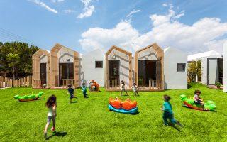 «Κατασκευάσαμε ένα μικρό αστικό χωριό με μικρές κατοικίες- module, με μια κεντρική αυλή με τον πλάτανο», λέει ο Κ.Λαμπρινόπουλος, επικεφαλής του αρχιτεκτονικού γραφείου Klab architecture.