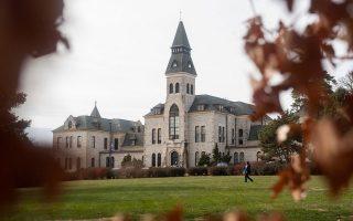 Διαρκώς φθείνει ο αριθμός των αλλοδαπών φοιτητών στο πολιτειακό πανεπιστήμιο του Κάνσας εξαιτίας εξωγενών παραγόντων.