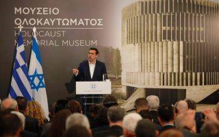 tsipras-oplo-sti-machi-tis-mnimis-enantia-sti-lithi-to-moyseio-olokaytomatos0