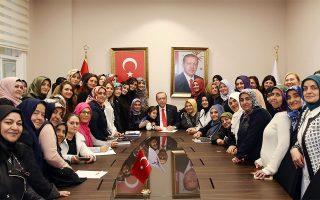Ο Τούρκος Πρόεδρος, σε χθεσινή φωτογραφία, με μέλη του κυβερνώντος κόμματος (Πηγή: Yasin Bulbul/Pool Photo via AP)