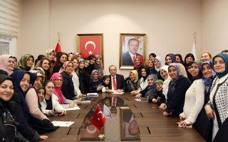 Ο Ταγίπ Ερντογάν ποζάρει ανάμεσα σε παιδιά και γυναίκες-μέλη του ΑΚΡ, στην Κωνσταντινούπολη.