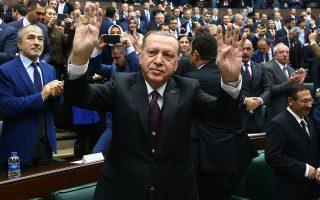 Ο Ταγίπ Ερντογάν  (εδώ χαιρετά τους βουλευτές τού κυβερνώντος κόμματος) χαρακτήρισε την καταδίκη του Τούρκου τραπεζίτη Μεχμέτ Χακάν Ατίλα στη Νέα Υόρκη ως μία ακόμη συνωμοσία της CIA εναντίον του.