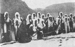 Ελληνες πολεμιστές-χιονοδρόμοι. Φωτογραφία από το βιβλίο «Τρεμπεσίνα» του ταξίαρχου Ιωάννου Αναστ. Βερνάρδου.