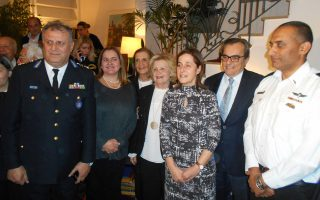 H πρέσβειρα με μέλη της οικογένειας Καράσσο και τους αρχηγούς των πυροσβεστικών σωμάτων του Ισραήλ και της Ελλάδας, αντιστρατήγους Dedi Simhi και Βασίλη Καπέλιο.