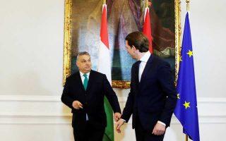 Ο Σεμπάστιαν Kουρτς υποδέχεται τον Βίκτορ Ορμπαν στην καγκελαρία της Βιέννης.