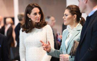 Η Κέιτ, δούκισσα του Κέμπριτζ, και η πριγκίπισσα Βικτόρια της Σουηδίας στο Ινστιτούτο Καρολίνσκα χθες.