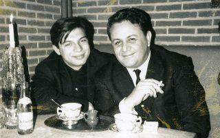Δημήτρης Βερνίκος και Μάνος Χατζηδάκις, στις Βρυξέλλες, το 1965, για τους «Όρνιθες». © Αρχείο Δημήτρη Βερνίκου