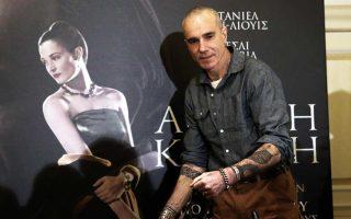 Ο Ντάνιελ Ντέι Λιούις μπροστά από το πόστερ της «Αόρατης κλωστής», με αφορμή την οποία βρέθηκε αυτές τις μέρες στην Ελλάδα.