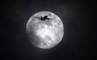 Ισως οι πτήσεις... δίπλα στο φεγγάρι είναι ιδανικές για όσους προετοιμάζονται για ρομαντικές στιγμές στον αέρα.